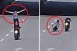 Clip: Làm xiếc 'bay' trên xe máy đang chạy, quái xế tiếp đất bằng mặt