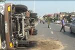 Xe khách đâm nát 50m dải phân cách, lật nghiêng ở Hà Nội