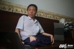 Cảm phục nghị lực nam sinh nằm trên giường sáng chế robot dành cho người bại liệt