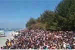 Video: Người dân ngồi kín bãi biển Indonesia chờ được giải cứu sau động đất