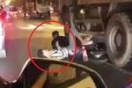 Clip: Đi 'bão' mừng chiến thắng, xe máy chở 2 thanh niên chui gầm xe tải