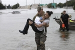 Hình ảnh đặc nhiệm Mỹ bế mẹ con gốc Việt trở thành biểu tượng trong bão Harvey