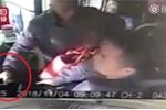 Clip: Bị lỡ bến, hành khách liều chết giằng vô lăng của tài xế xe buýt