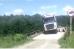 Video: Bất chấp cảnh báo lao qua cầu ọp ẹp, xe tải đắm mình dưới sông