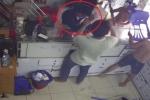 Clip: Trộm điện thoại bị bắt tại trận đánh hội đồng bầm dập