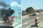 Xe máy cháy trơ khung sắt sau khi gặp tai nạn trên cầu Thanh Trì