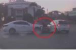 Clip: Nữ tài xế Mazda đạp nhầm chân ga, đâm liên hoàn nhiều xe máy ở Hải Dương