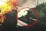 Clip: Tài xế mắc kẹt trong xe bốc cháy, người hùng ứng cứu kịch tính như phim hành động