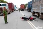 Xe máy chở kính lạng lách đấu đầu xe tải, hai thanh niên thương vong