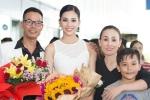 Hoa hậu Trần Tiểu Vy về quê nhà Quảng Nam, rạng rỡ trong vòng tay bố mẹ
