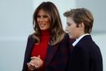 Cậu út điển trai nhà Trump cùng mẹ đón cây thông Noel ở Nhà Trắng