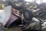 Xe tải lật ngửa trên đường, 3 người thương vong
