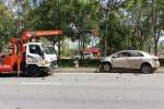 Xe cứu hỏa tông xe taxi văng lên lề đường