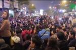 Video: Tắc đường, đóng cửa chùa khi người Hà Nội cúng giải hạn quá đông