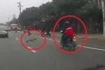 Clip: Chó thả rông lao sang đường khiến người đi xe máy ngã thảm khốc