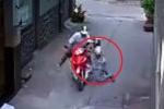 Clip: Lái xe ôm bất lực chống trả kẻ cướp xe ở Sài Gòn