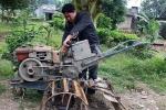 Anh nông dân người Tày chế máy bừa điều khiển từ xa