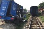 Video: Vượt đường sắt không rào chắn, xe tải bị tàu hỏa đâm nát ở Hà Nội