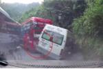 Clip: Khoảnh khắc xe khách húc ô tô du lịch trên đèo dốc ở Sa Pa