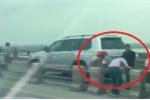 Truy tìm hàng loạt tài xế ô tô đi sai làn, 'rủ nhau' tháo barie tẩu thoát trên cầu Thanh Trì