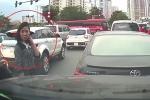 Quên kéo phanh tay để ô tô lùi va vào xe khác, nữ tài xế còn trách ngược: 'Đi kiểu gì thế?