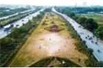 Video: Dân đá bóng trên giải phân cách Đại lộ Thăng Long