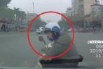 Clip: Mẹ đèo con nhỏ sang đường ẩu, va vào đầu ô tô ngã văng
