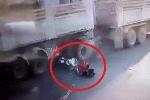 Clip: Xe máy rồ ga lao vào gầm xe tải, 2 người sống sót thần kỳ