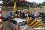 Ảnh: Dân mang ô tô ra chặn trạm BOT Hòa Lạc - Hòa Bình, tắc đường hàng cây số