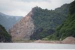 Cận cảnh công trường khai thác đá trên vịnh Hạ Long