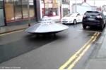 Cảnh sát truy đuổi 'đĩa bay của người ngoài hành tinh' nghênh ngang trên phố