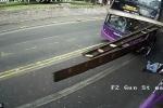 Video: Xe buýt đâm cực mạnh, người đàn ông vẫn đứng dậy đi bình thường