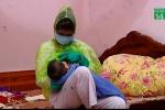 Bi hài bà mẹ trẻ mặc áo mưa, đeo khẩu trang cho con bú vì sợ lây thủy đậu