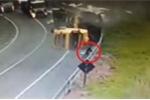Xe tải tan nát sau khi lật, tài xế lao qua kính chắn gió, thoát chết thần kỳ