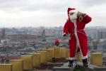 Video: Ông già Noel đu dây trao quà như điệp viên 007