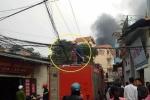 Hà Nội: Cháy nhà trong ngõ, 'mạng nhện' dây điện bủa vây xe cứu hỏa