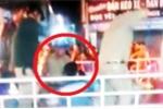 Bảo vệ dân phố dùng dùi cui đánh liên tiếp vào người bị còng tay