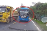 Clip: Xe khách vượt kiểu 'giết người' trên đèo Thung Khe, suýt đấu đầu ô tô con