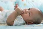 Giải mã lý do vì sao trẻ sơ sinh thường thích mút tay