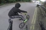 Cướp điện thoại bị 'soái ca' đi mô tô truy đuổi, phải 'bỏ của chạy lấy người'
