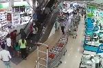 Bé trai 2 tuổi bị kéo vào khe thang cuốn siêu thị