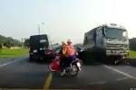 Hãi hùng xe tải đi ngược chiều cố tình lấn làn, đâm chết 2 người đi xe máy ở Bắc Giang