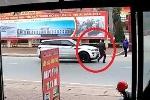 Lao sang đường không quan sát, suýt đâm vào ôtô còn chỉ tay 'dằn mặt' tài xế