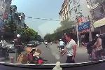Bẻ lái tránh taxi, xe máy chở cồng kềnh ngã nhào trước đầu ôtô