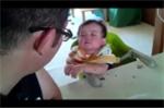 Phì cười clip em bé vừa nghe bố mắng vừa ngủ gật
