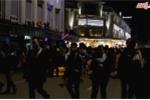 Video: Dòng người ùn ùn đổ về Hồ Gươm đón năm mới 2018