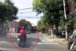 Clip: Vượt đèn đỏ, người phụ nữ bị xe ô tô tông văng lên nắp capo