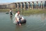 Video: Đổ xô đi bắt cá hàng chục cân dưới đập thủy điện Trị An