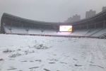 Quá khó cho U23 Việt Nam khi phải đá trên mặt sân trắng xoá tuyết thế này