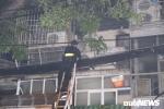 Cháy lớn ở Đê La Thành, Hà Nội: Lực lượng cứu hoả phá cửa vào dập lửa